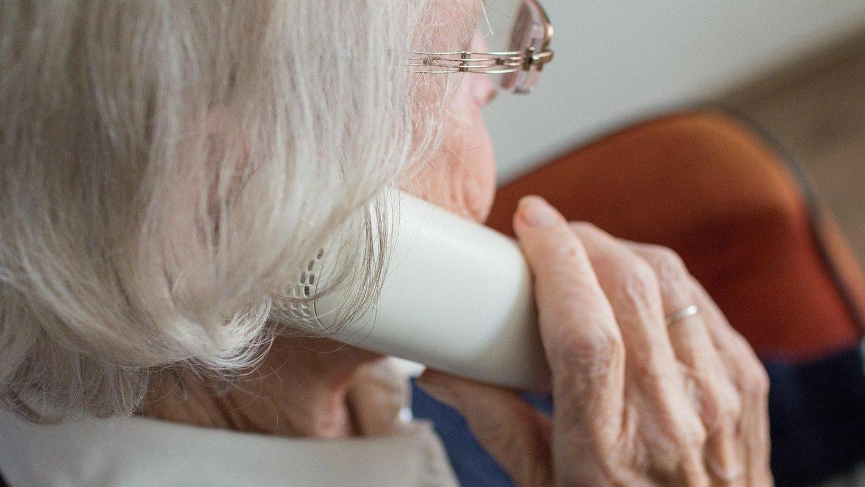 Obwohl die Polizei ständig vor ihren fiesen Maschen warnt, gelingt es Telefon-Betrügern immer wieder, arglose Senioren um ihr Geld zu prellen.