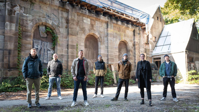Florian Lippmann (re.) will zusammen mit seinen Mitstreiterinnen und Mitstreitern das Zentrum im Lokschuppen verwirklichen.