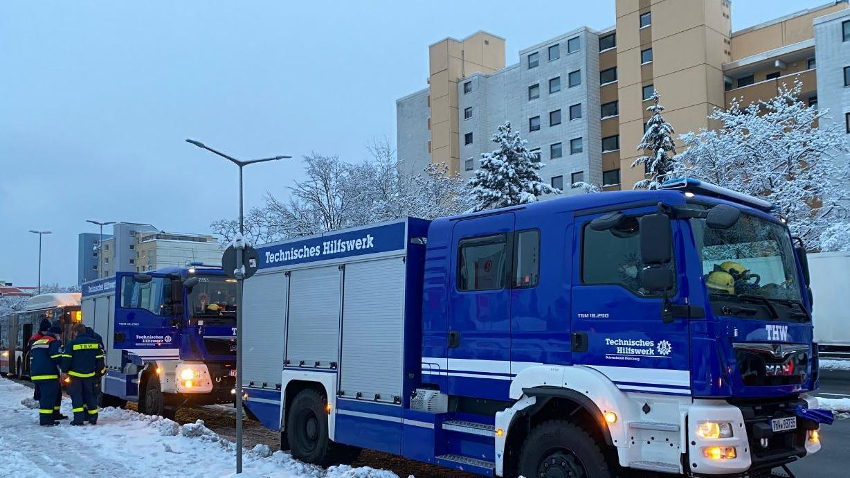 Nach dem Brand in einem Nürnberger Kraftwerk am Montag, kam es am Dienstagabend zu einer großen Flugblatt-Aktion. Einsatzkräfte von Feuerwehr und THW gingen von Tür zu Tür,um betroffenen Menschen bei Fragen beizustehen.