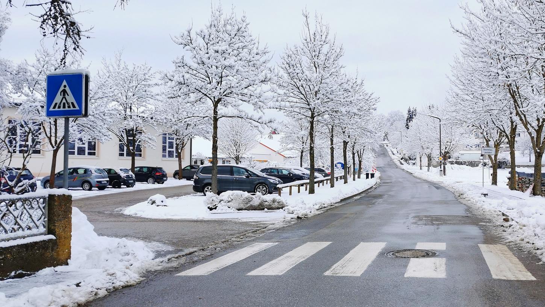 Gefahrenstelle: Vor Grundschule und Kindergarten in Wettelsheim gilt künftig zwischen 7 und 17 Uhr Tempo 30.