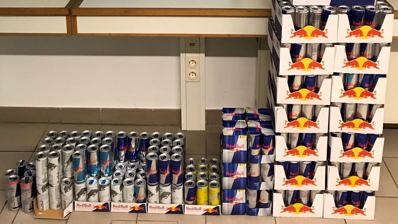 500 gestohlene Dosen Red Bull fanden die Beamten in dem Wagen.