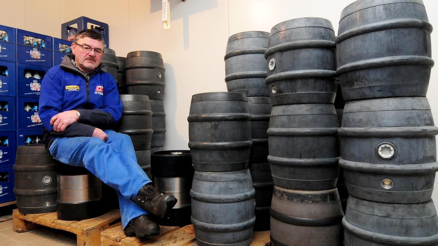 Ihm bleibt keine andere Wahl: Hans Herold von der gleichnamigen Brauerei in Büchenbach nimmt die Fässer seiner Kundschaft zurück und tauscht sie gegen frische, wenn die Gaststätten ihren Betrieb wieder aufnehmen dürfen.
