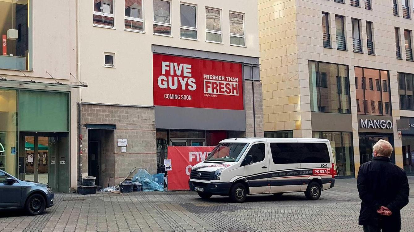 Bald ist es soweit: Der aus den USA bekannte Burgerfilialist Five Guys richtet aktuell seinen Standort in der Nürnberger Innenstadt ein.