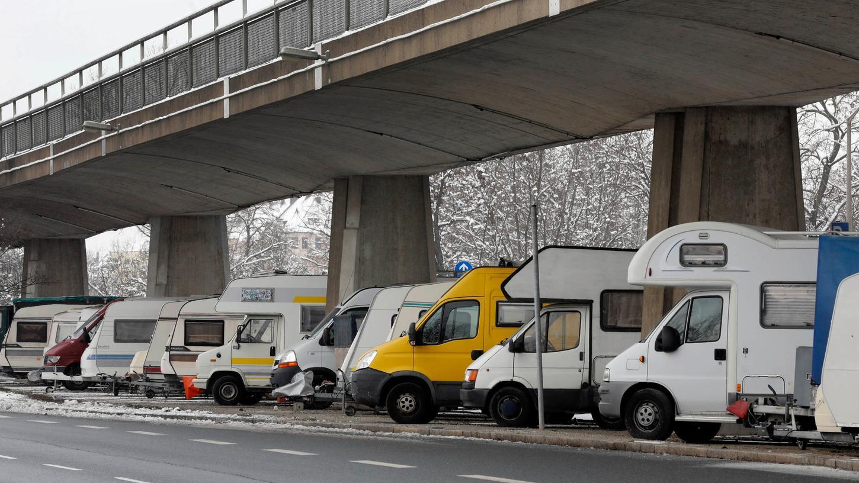 An der Fürther Straße, kurz vor der Stadtgrenze, stehen massenweise abgestellte Wohnmobile unter der U-Bahnlinie