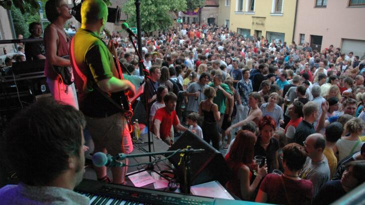 Dicht an dicht gedrängt vor der Bisping-Bühne beim Laufer Altstadtfest tanzen? Eine schöne Erinnerung, derzeit aber undenkbar.