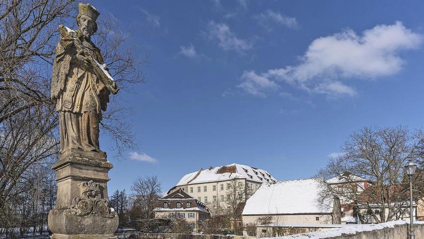 Wenn man in Höchstadt von der alten Aischbrücke in Richtung Schloss blickt, schaut man beinahe in die Vergangenheit. Nur wenige Details trüben das Nostalgie-Bild.