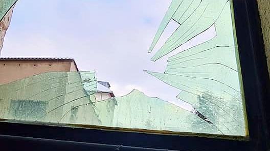Das zerborstene Kirchenfenster in der Treuchtlinger Marienkirche. Waren es dieselben Vandalen wie vor zwei Wochen bei der Türklingel des Pfarramts?