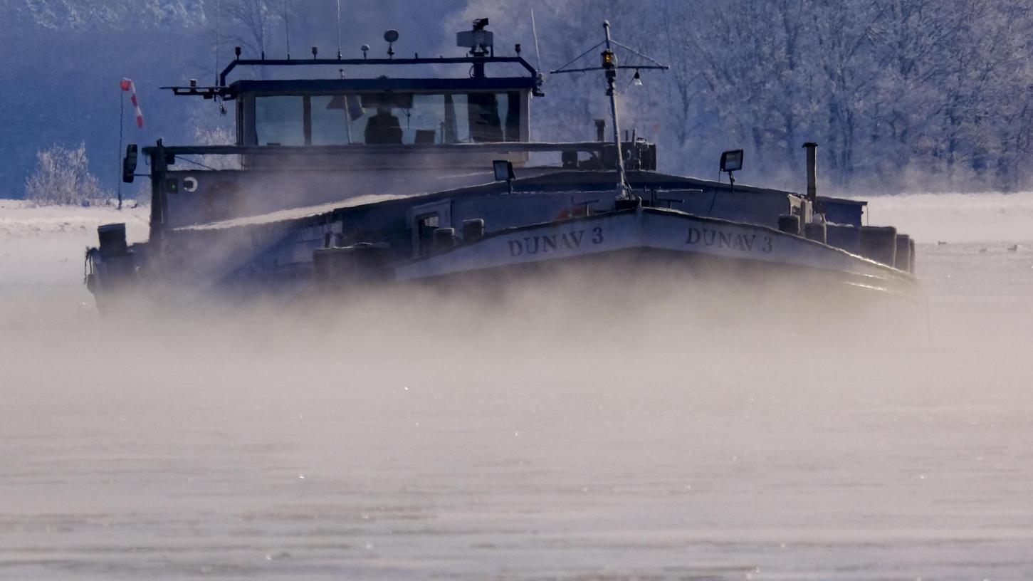 Ahoi: Langsam schiebt sich ein schwerer Frachter durch Eis und Nebel seinem Ziel entgegen.