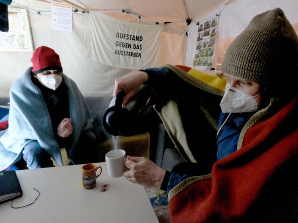 Erik Stenzel und Lokalredakteur Marco Puschner (links) gönnen sich Tee gegen die Kälte.