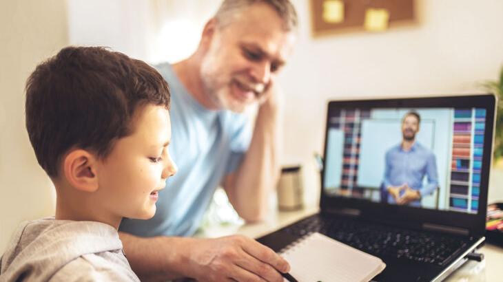 Gelegentliches Helfen ist erlaubt, zum Beispiel beim Einrichten der nötigen Technik, aber beim Digitalunterricht mithören, das dürfen Eltern eigentlich nicht.