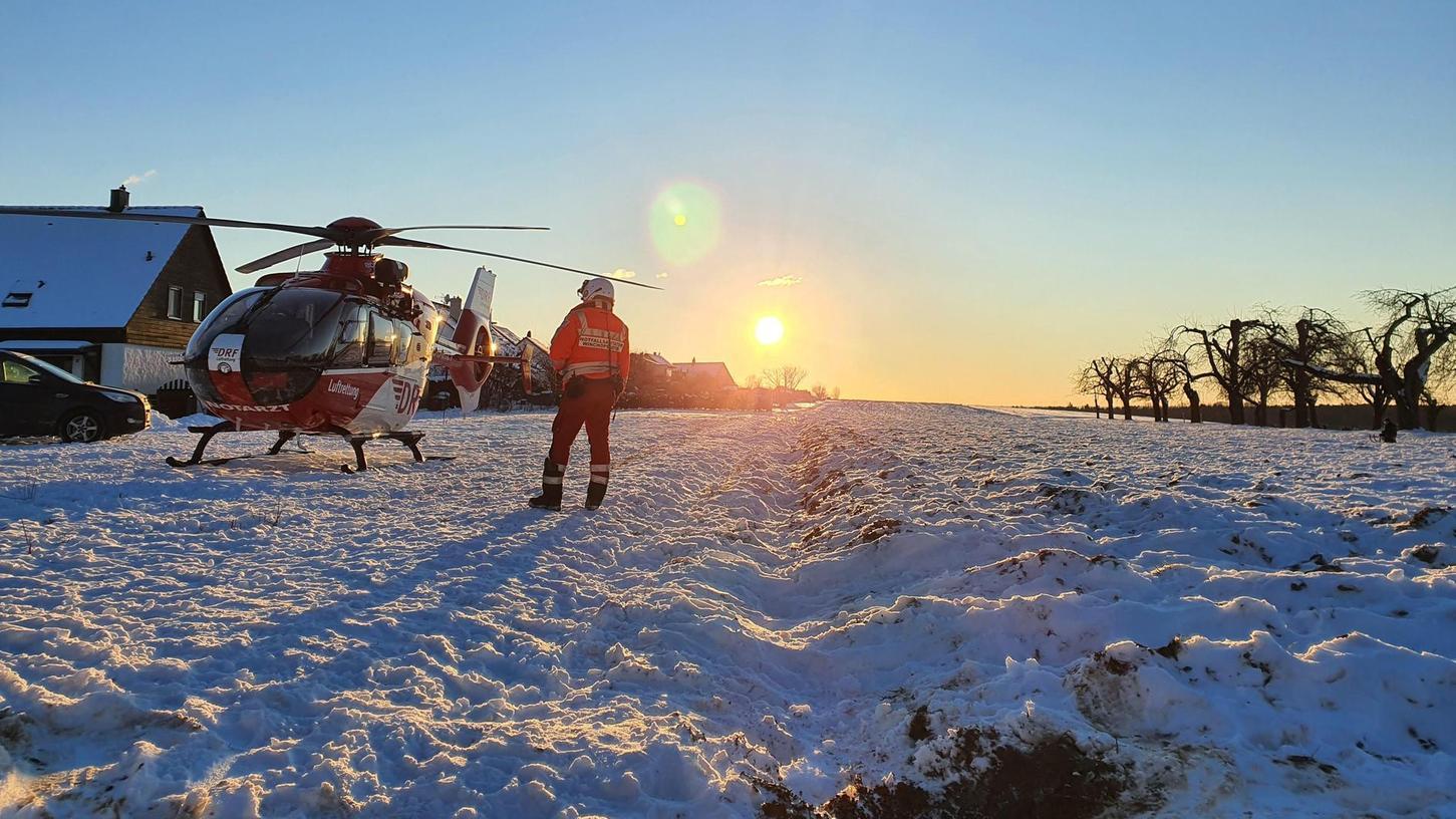 Sonnenschein und Schnee: Das Wetter zog die Menschen am vergangenen Wochenende nach draußen, viele suchten den Hang für Schlittenfahrer in Kalchreuth auf. Dort kam es am Samstag zu zwei Unfällen. Zur Bergung auf der Schlittenpiste war auch ein Rettungshubschrauber im Einsatz, wie unser Bild zeigt.