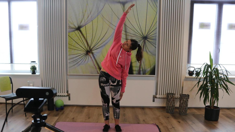 Katja Repcik leitet die Teilnehmer ihres Fitnesskurses zur richtigen Dehnung an – allerdings nicht live im Studio, sondern per Internet.