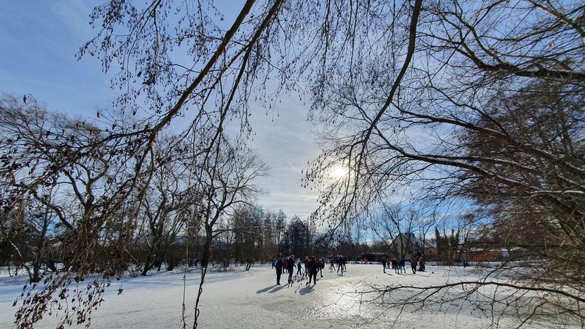 Es kommt nicht so oft vor, jetzt ist der Ammerndorfer Weiher gefroren - ein Fest für Fans des Kufenvergnügens.