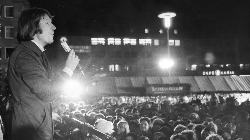Wie bereits schon im Vorjahr, sang Udo Jürgensauch 1974 auf dem Christkindlesmarkt. Kurz zuvor hatte er Oberbürgermeister Urschlechter das erste Exemplarseiner neuen Langspielplatte