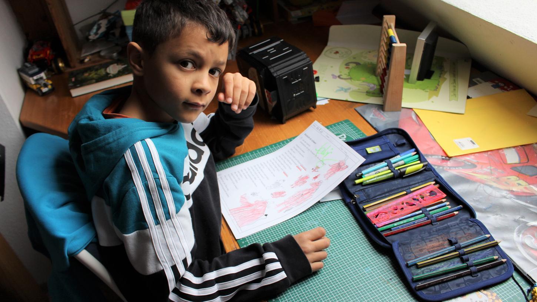 Drahtseilakt Homeschooling bei Familie Scheda. Der neunjährige Grundschüler Noah sitzt an seinem Schreibtisch. Seine Mutter Pamela Scheda ist mit Blick auf den Distanzunterricht froh, dass ihre Kinder eigene Zimmer haben.