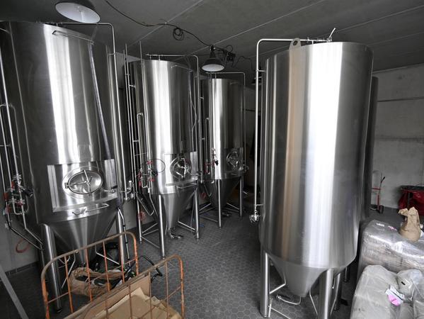 Bereits vor Ort sind die Tanks für das Bier. Im September soll, wenn alles gut geht, die erste am Entlaskeller gebraute Maß ausgeschenkt werden.