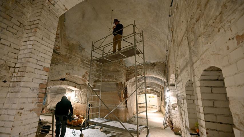 Vincenz Schiller vom Entlas Keller wird künftig sein Bier im Erlanger Burgberg brauen. Derzeit bauen er, sein Vater Fritz Engelhardt und Mitarbeiter das höhlenartige Kellersystem dafür um.