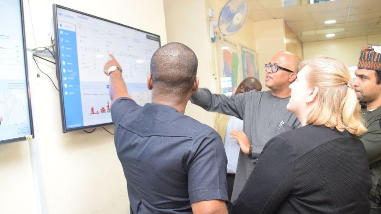 Das IT-System Sormas hat sich in den vergangenen Jahren schon bei mehreren Epidemien in westafrikanischen Ländern bewährt. Erstmals wurde die Software, die vom Helmholtz-Zentrum für Infektionsforschung mitentwickelt wurde, vor sieben Jahren beim Kampf gegen Ebola eingesetzt. Dieses Archivbild zeigt den Einsatz von Sormas im Nigeria Centre for Disease Control in der Hauptstadt Abuja.