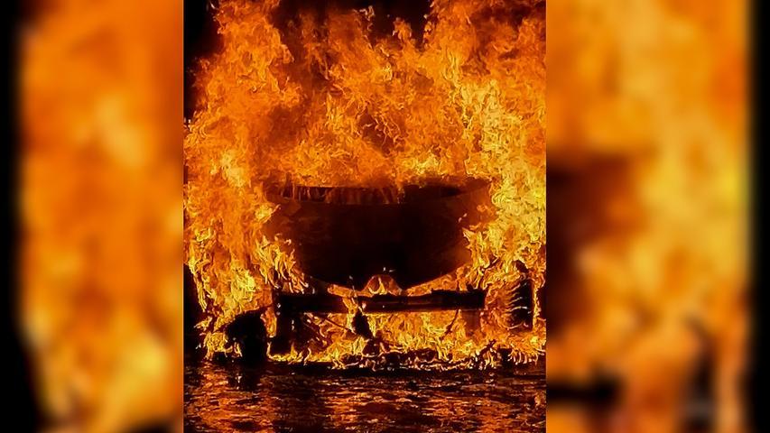 Meterhoch schlagen in den frühen Morgenstunden des Dienstags (16.02.2021) die Flammen aus einem Auto welches in der Laurenzistraße in Bamberg abgestellt ist. Eine Augenzeugin filmt wie das Fahrzeug plötzlich lichterloh brennt und das Feuer auf einen Fensterladen eines angrenzenden Hauses übergreift.Rund 20 Kräfte der Feuerwehr rücken nach der Alarmierung aus.