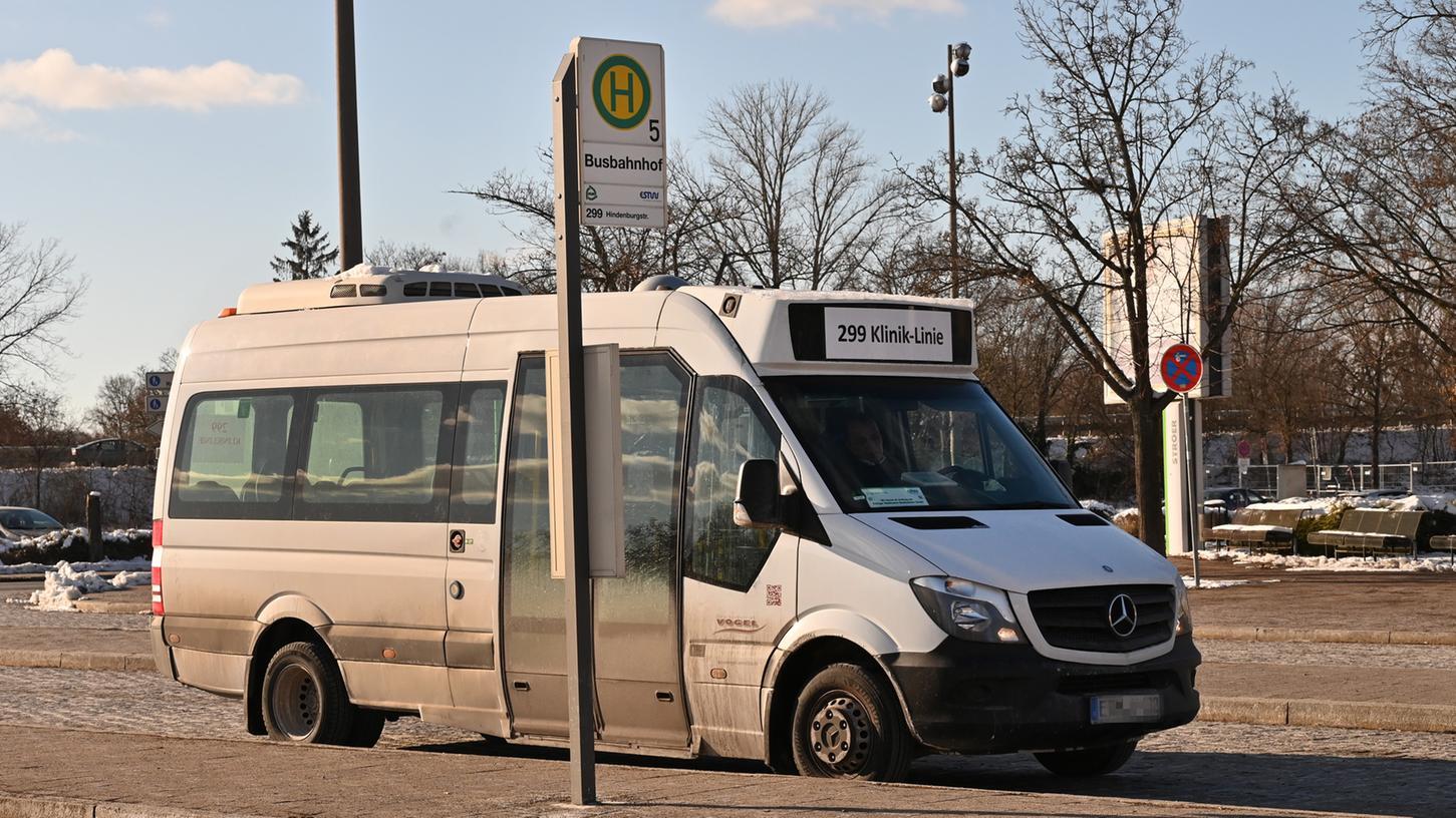 EinBus der Erlanger Kliniklinie 299 am Busbahnhof.