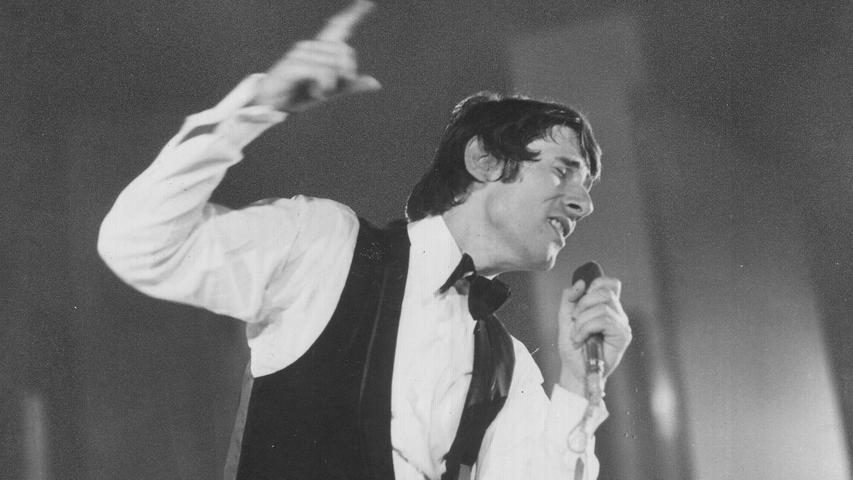Wie bei allen seinen Gastspielen in Nürnberg, wurde Udo Jürgens auch bei seinem Auftritt im Jahr 1968begeistert gefeiert. Das Publikum in der Meistersingerhalle klatschte und sang begeistert mit bei Mathildaoder Merci Chérie. Sein letztes Nürnberger Konzert gabder Musiker als 80-Jährigerim Jahr 2014 kurz vor seinem Todim Rahmen seiner Tour