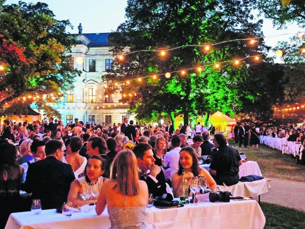 Bereits 2020 musste der beliebte Open-Air-Ball - der als eine der größten und schönsten Gartenfeste Europas gilt - abgesagt werden. Hier ein Foto aus der Vor-Corona-Zeit. Die Veransalter von der Friedrich-Alexander-Universität hoffen nun auf einen Ball im Jahr 2022.