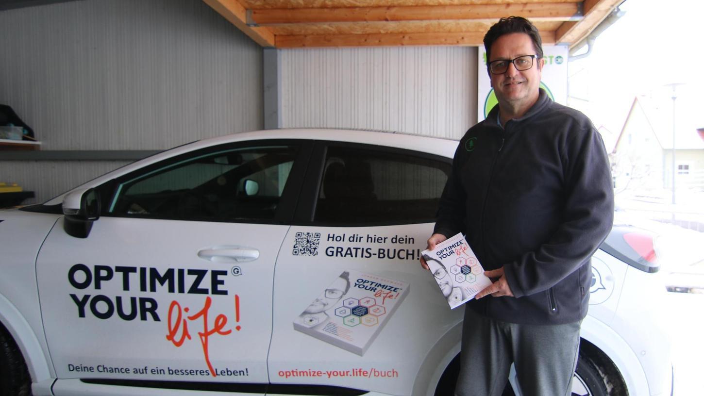 Autor Jürgen Gehwald hat auch sein Auto mit Werbung für sein neues Buch beklebt. Foto: Stefan Blank