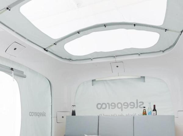 Eine Liegefläche, Stauraum und Panoramafenster auf drei Quadratmetern – das macht den Sleeperoo-Würfel aus. Ob man in der Therme künftig ihn oder eine ähnliche Unterkunft buchen kann, ist noch nicht entschieden.