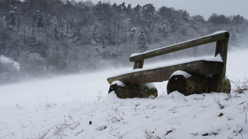Bei einem Spaziergang entlang des Altmühl Panoramaweges bei Schneegestöber und heftigem Wind präsentierte sich diese Bank eher nicht nicht einladend, aber der Frühling ist ja nicht mehr weit!