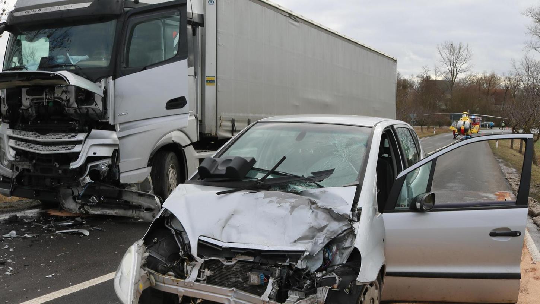 Ein Auto ist Mittwochmittag frontal gegen einen Lastwagen geprallt.