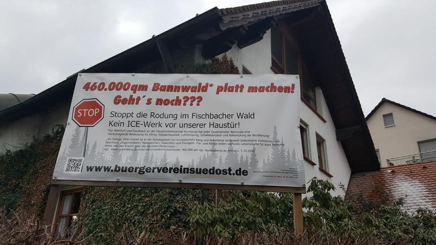 Viele Protestplakate gegen das geplante ICE-Werk sind in den Vorgärten Altenfurts aufgestellt.