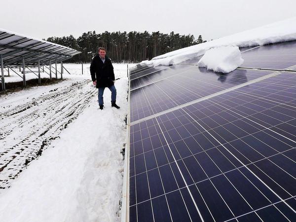 Seit 2018 speist die bestehende Freiflächen-PV-Anlage auf der früheren Bauschutt-Deponie bei Bechhofen Sonnenstrom ins Netz ein – im schneereichen Februar allerdings nicht allzu viel, wie man hier sieht. Josef Brändl bereitet das aber kein Kopfzerbrechen. Das nächste Frühjahr kommt bestimmt.