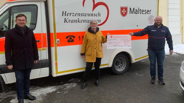 Unser Bild zeigt die Spendenübergabe vor dem Herzenswunsch-Krankenwagen mit (v.li.) Bürgermeister Alwin Gebhardt, Margot Böhm und Christian Meyer.