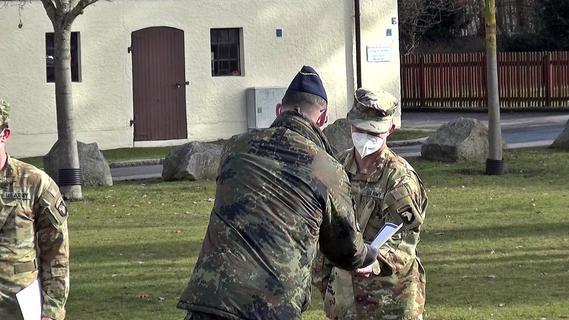 Die Soldaten nehmen die Auszeichnung entgegen.