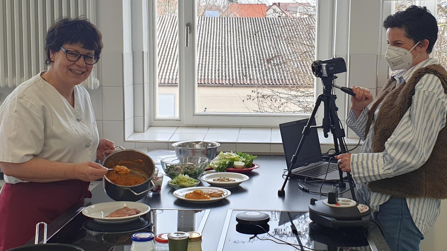 Die Kochvorführung von Renate Ixmeier (l.) übertrug Angelika Krammer direkt zu den Kursteilnehmerinnen.