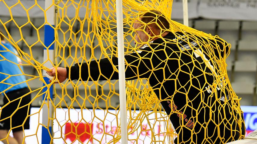 18.02.2021 --- Handball --- 1. Bundesliga LIQUI MOLY HBL --- Saison 2020 2021 --- 19. Spieltag: HSC 2000 Coburg - HC Erlangen Metropolregion Nürnberg HCE --- Foto: Sport-/Pressefoto Wolfgang Zink / WoZi --- Jan Kulhanek (1, HSC 2000 Coburg ) geschlagen im Tornetz