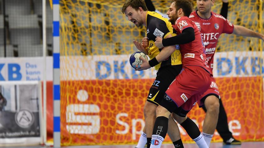 18.02.2021 --- Handball --- 1. Bundesliga LIQUI MOLY HBL --- Saison 2020 2021 --- 19. Spieltag: HSC 2000 Coburg - HC Erlangen Metropolregion Nürnberg HCE --- Foto: Sport-/Pressefoto Wolfgang Zink / WoZi --- Pontus Zetterman (27, HSC 2000 Coburg ) Nico Büdel Buedel (20, HC Erlangen )