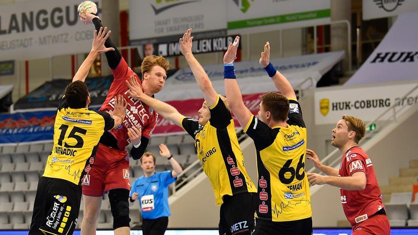 18.02.2021 --- Handball --- 1. Bundesliga LIQUI MOLY HBL --- Saison 2020 2021 --- 19. Spieltag: HSC 2000 Coburg - HC Erlangen Metropolregion Nürnberg HCE --- Foto: Sport-/Pressefoto Wolfgang Zink / WoZi --- Simon Jeppsson (42, HC Erlangen HCE ) gegen Drasko Nenadic (15, HSC 2000 Coburg ) Andreas Schröder (71, HSC 2000 Coburg ) Stepan Zeman (66, HSC 2000 Coburg )