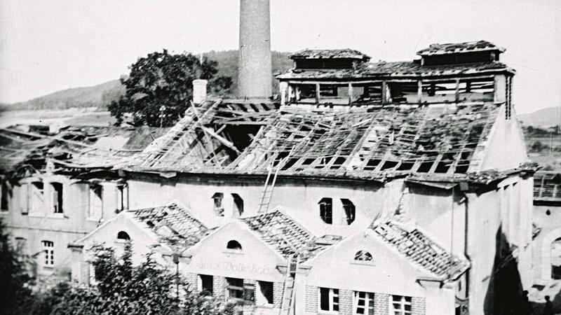 Die schwer getroffenen Treuchtlinger Stadtwerke nach den Bombenangriffen vom 23. Februar und 11. April 1945.