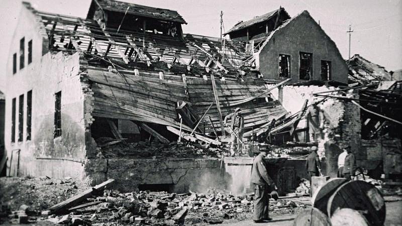 Arbeiter beim Beseitigen der Trümmer auf dem Gelände der Treuchtlinger Stadtwerke nach den schweren Bombenangriffen vom 23. Februar und 11. April 1945.