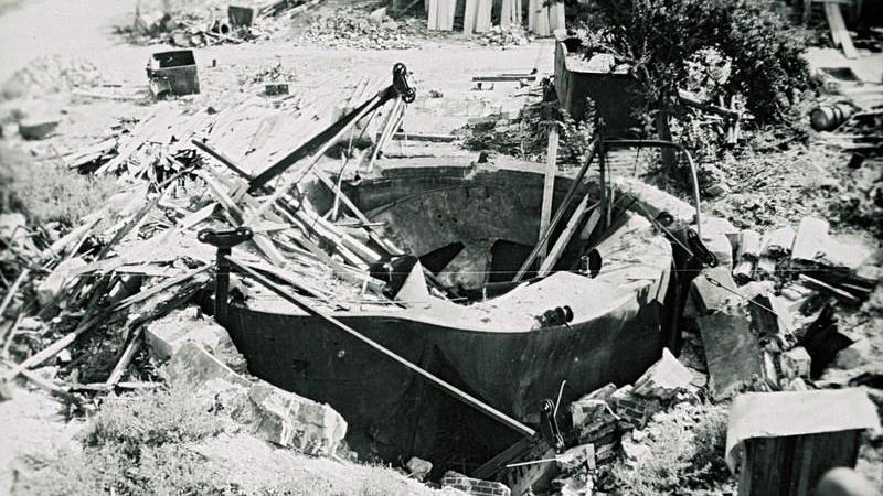 Der völlig zerstörte Gaskessel der Treuchtlinger Stadtwerkenach den schweren Bombenangriffen vom 23. Februar und 11. April 1945.