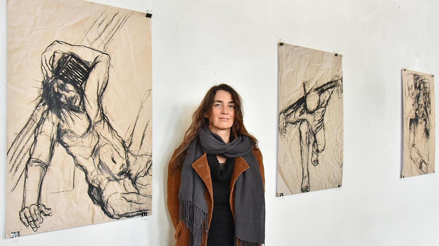 Gezeichnete Vorstellung des Kreuzwegs: Corinna Smok in ihrer Ausstellung in der Kirche Herz Jesu.