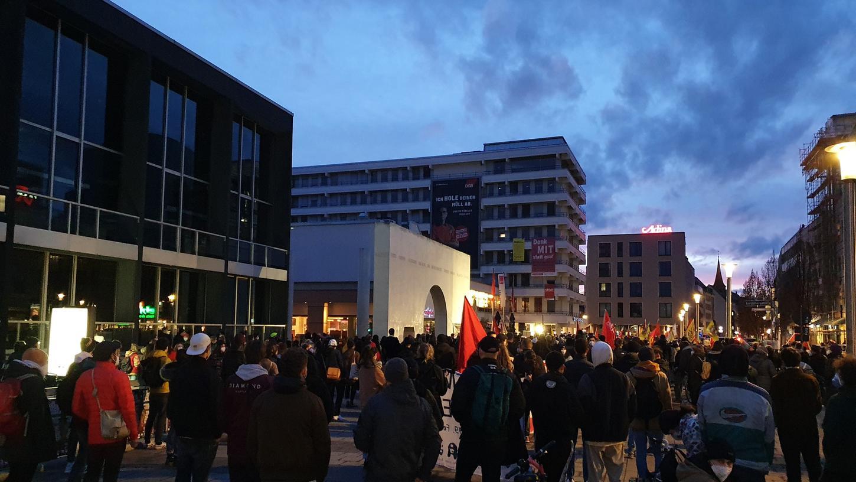 Hunderte gedachten am Kornmarkt der Opfer von Hanau.