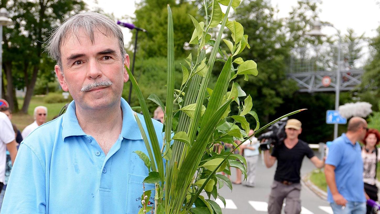 Der lang ersehnte Tag der Freiheit: Anfang August 2013 muss Gustl Mollath aus der forensischen Abteilung des Bayreuther Bezirkskrankenhauses entlassen werden. Die beiden Pflanzen hat er dort gezogen.