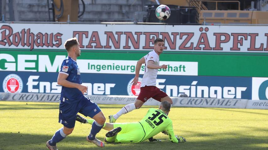 Nach 20 Minuten muss sich der Club eigentlich für sein frühes Anlaufen belohnen. Nikola Dovedan klaut Robin Bormuth zentral vor dem Karlsruher Tor die Kugel und spielt auf den mitgelaufenen Fabian Nürnberger, der aus aussichtsreicher Position aber am aus dem Kasten eilenden Gersbeck scheitert.