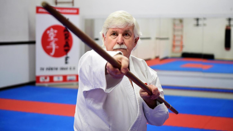 Joachim Merkl ist pensionierter Polizist und erstmals mit Kampfsport in der Polizeischule in Berührung gekommen. Doch so richtig gepackt hat es ihn erst bei den 60ern in Fürth. Seither ist er der Mann für alles im Dojo.