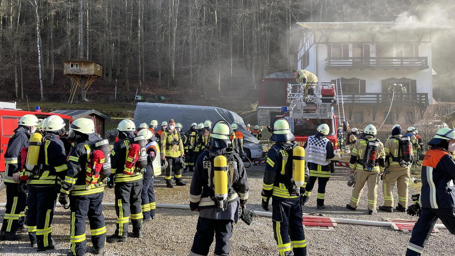 Bei einem Zimmerbrand in Unterhirschbach ist ein enormer Sachschaden entstanden. Personen wurden nicht verletzt. Ein Nachbar hatte den Rauch bemerkt, die Feuerwehr alarmiert und so wohl Schlimmeres verhindert.