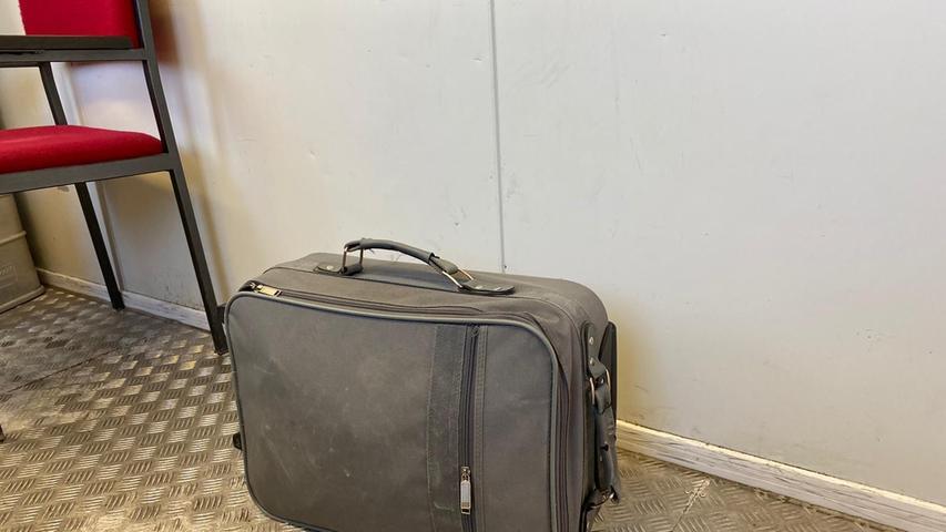 Der illegale Handel mit Rassewelpen aus Osteuropa.Dieser achtWochen alten Zwergspitz aus Ungarn wurde im Februar zufälligan der Autobahn A 8 in einem Koffer gefunden.
