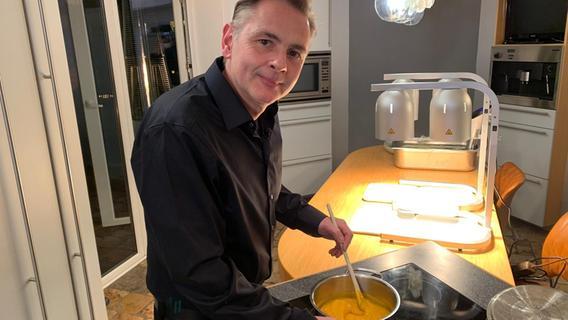 Floristik-Unternehmer Frank Halbig beweist seine Kochkünste am Donnerstag.
