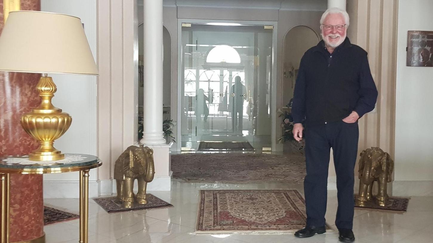 Bodenständig, auch auf sehr teuren Teppichen: Michael A. Roth zu Hause in seiner Villa in Rückersdorf.